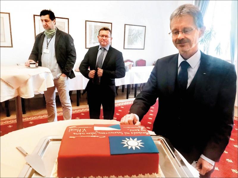 捷克參議院議長維特齊昨宣布八月底訪台,還特別展示台灣與捷克國旗翻糖蛋糕。(取自推特)