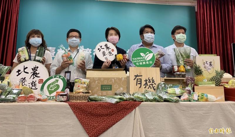 台北市副市長黃珊珊今天推銷台北農產公司推出的端午節禮盒。(記者沈佩瑤攝)