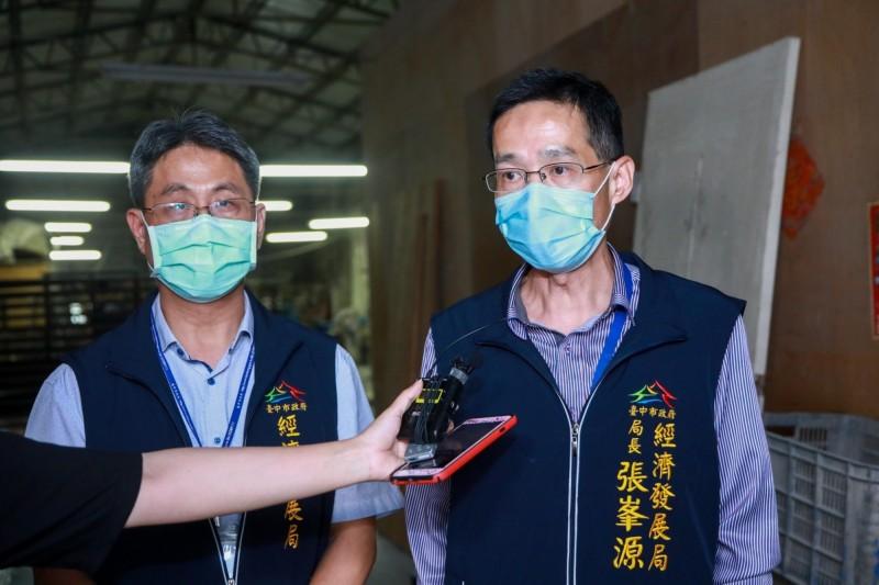 經發局長張峯源(右)要求新增未登記工廠限期改善。(圖由經發局提供)
