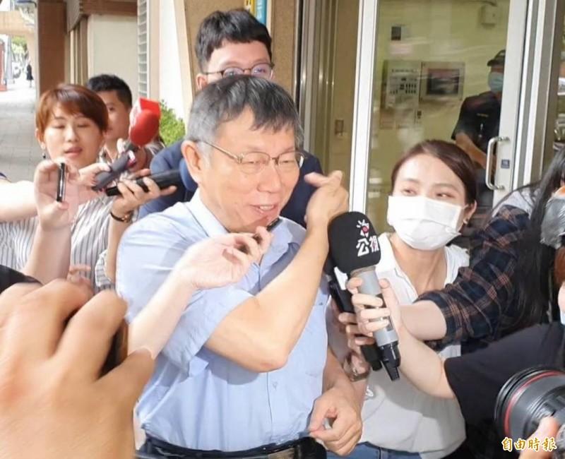 民眾黨主席柯文哲離去前笑笑指了民眾黨副主任柯昱安,說「他戶籍也在高雄」。(記者陳昀攝)