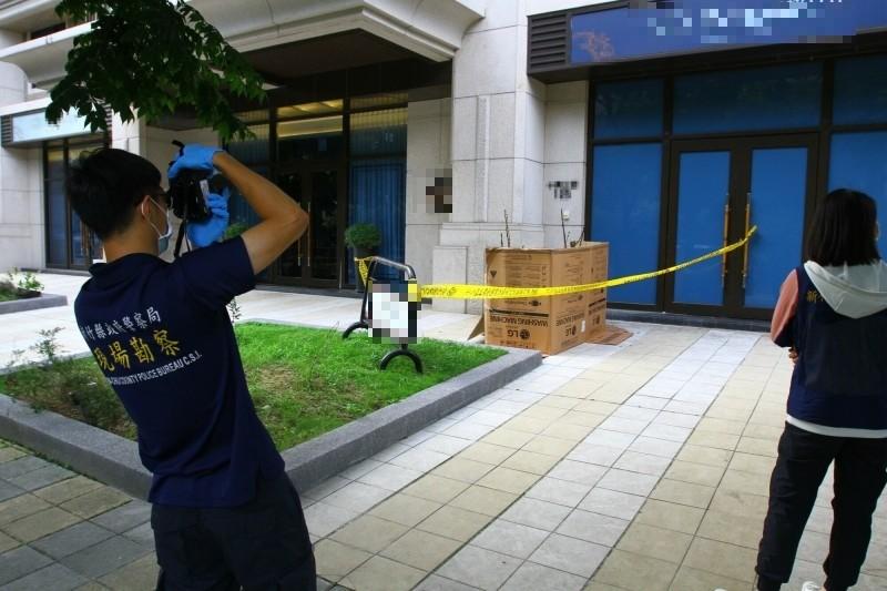 一名3歲女童疑似在家睡醒後找不到媽媽,不明原因從9樓住處墜樓,送醫後仍舊回天乏術,警方現場採證釐清事發經過。(記者廖雪茹攝)