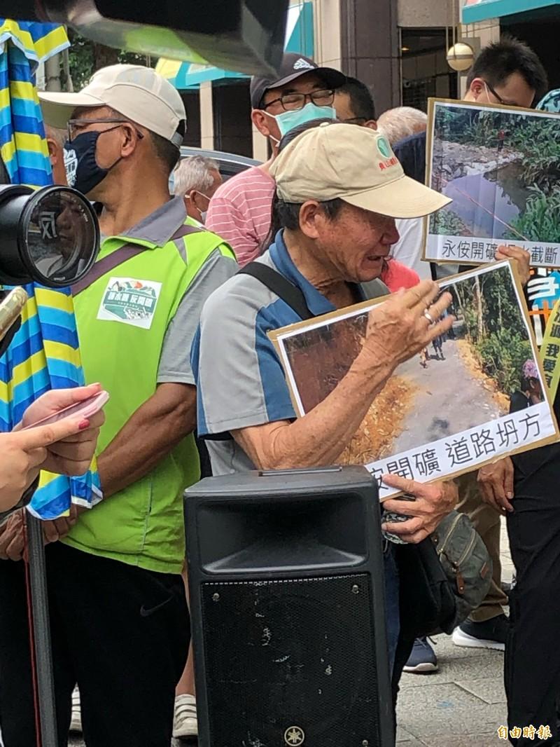 面對家鄉恐遭破壞,宜蘭鄉親飽受煎熬,今天於環保署前難過落淚。(記者羅綺攝)
