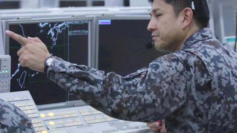 日本防衛省統合幕僚監部在推特發了一張監控部門的照片,其監控螢幕的範圍涵蓋了台灣附近的區域。台灣軍事專家呂禮詩認為,此一照片說明了台灣在「印太戰略」中的角色。(照片取自日本防衛省統合幕僚監部)