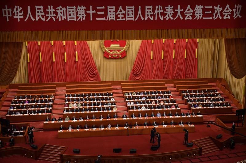 港媒引述北京消息人士表示,中國人大將會以「破格」方式處理港版國安法。圖為5月28日舉行的中國全國人大會議閉幕式。(法新社)