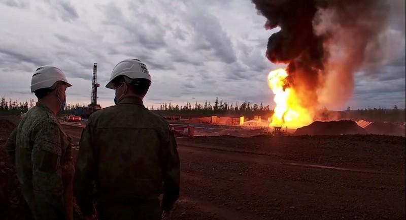 俄羅斯伊爾庫茨克州上月發生油田起火意外,當局立即派遣軍隊,並出動T-12反戰車砲,利用砲擊成功滅火。(路透資)