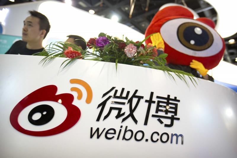 新浪微博負責人遭中國當局約談,責令其立即整改,網路熱門話題指引的微博熱搜榜將暫停更新1週。(美聯社)