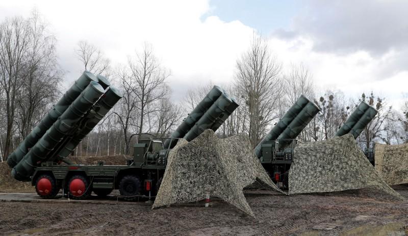 俄國與土耳其雙方近日達成協議,將進行第2批俄製S-400長程防空飛彈系統交付,圖為S-400長程防空飛彈系統。(路透)