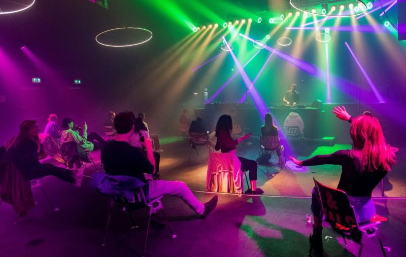 荷蘭夜店防疫,客人坐著跳舞。(路透)