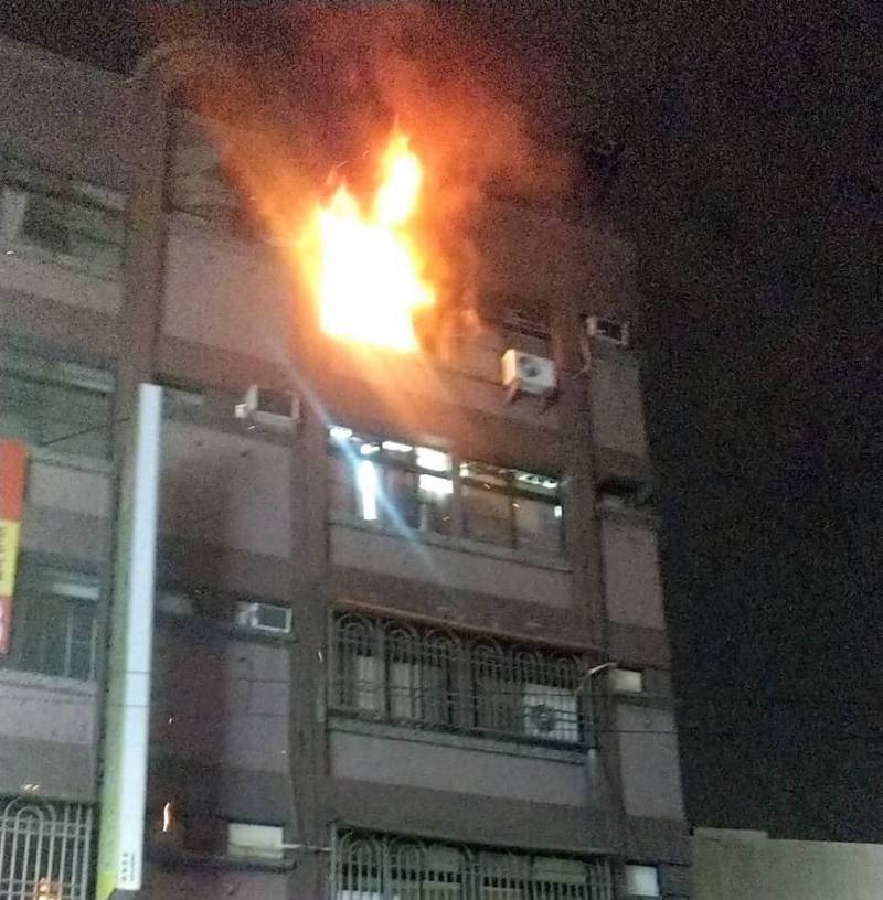 高雄市左營區公寓火警,一人死亡。(記者洪定宏翻攝)