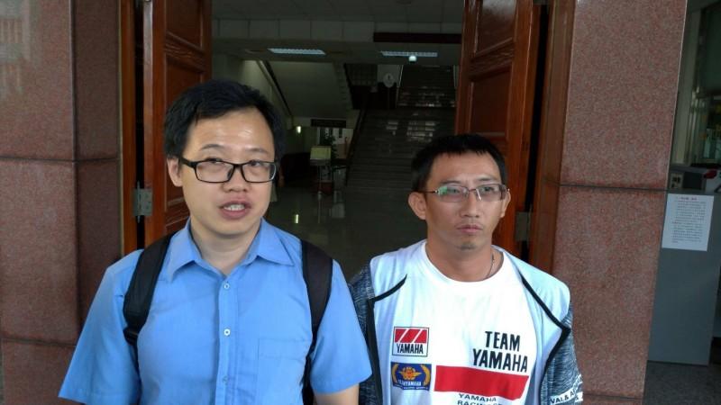 獲再審判無罪確定的謝志宏(右)與其委任律師涂欣成(左)。(資料照)