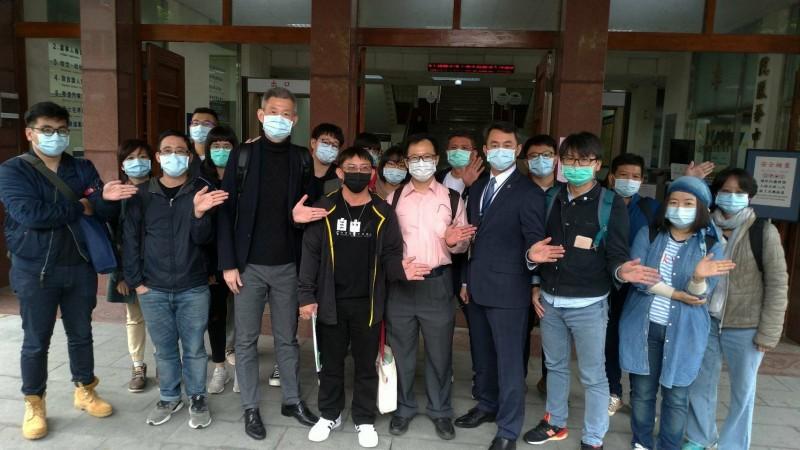 謝志宏在台南高分院再審開庭時,委任律師團與平冤團體成員都到場協助辯護與力挺。(資料照)