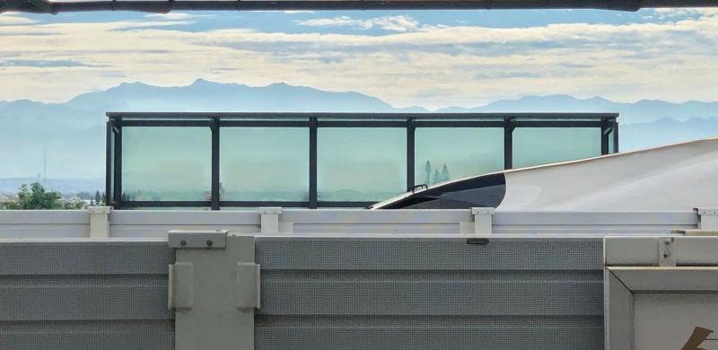 余信賢在高鐵嘉義站拍下高鐵列車與玉山同框影像。(余信賢攝影提供)