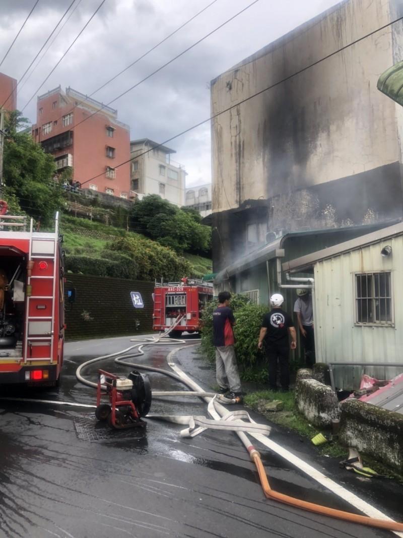 起火原因有待消防局火調科調查釐清。(記者林嘉東翻攝)