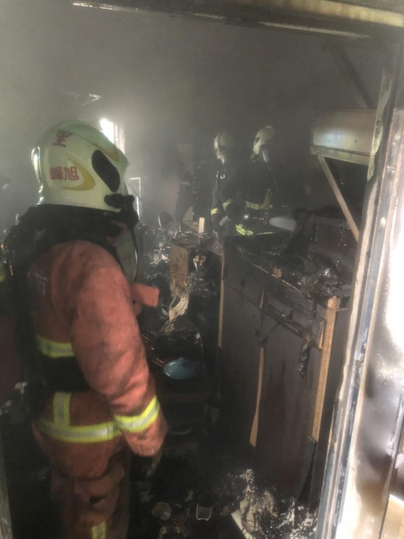 林姓婦人使用氣炸鍋炸蔥油餅,突然爆炸,氣炸鍋瞬間起火,廚房付之一炬。(記者林嘉東翻攝)