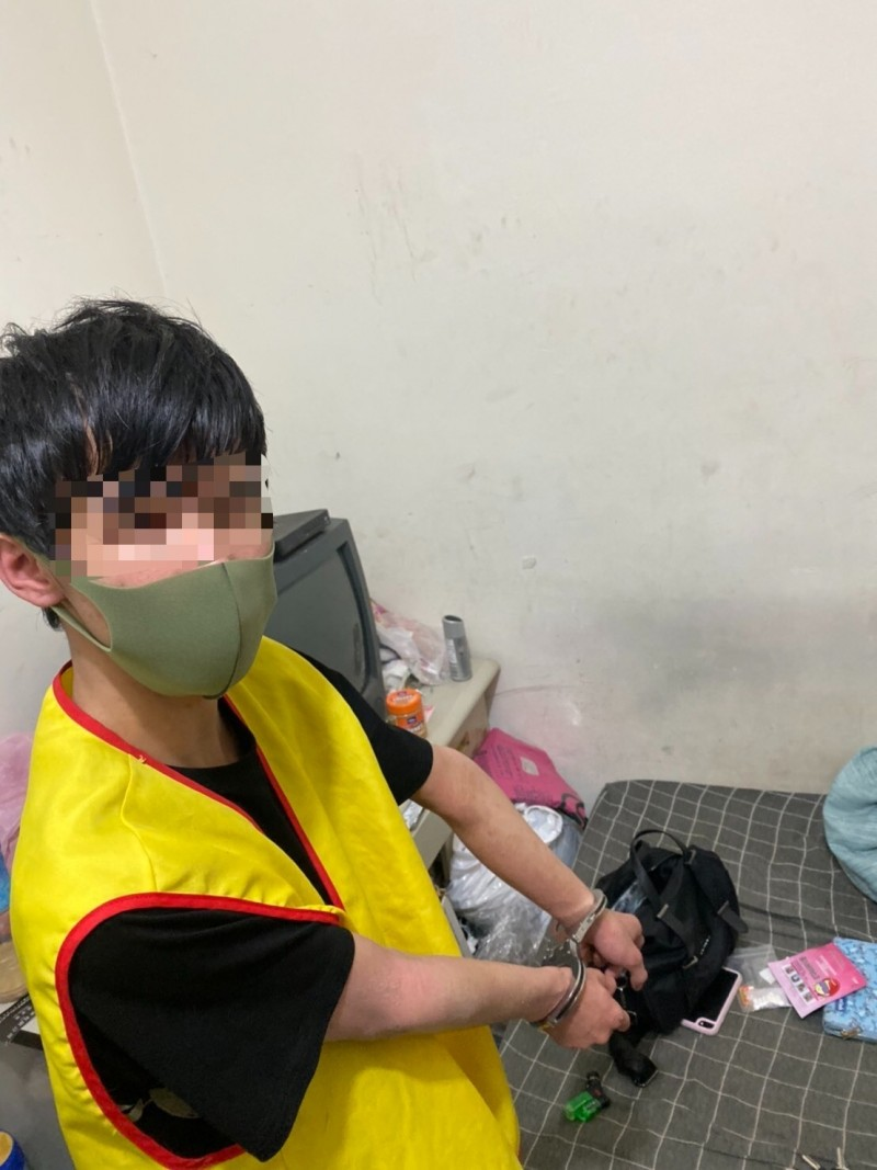 陳男遭警方逮捕。(記者徐聖倫翻攝)