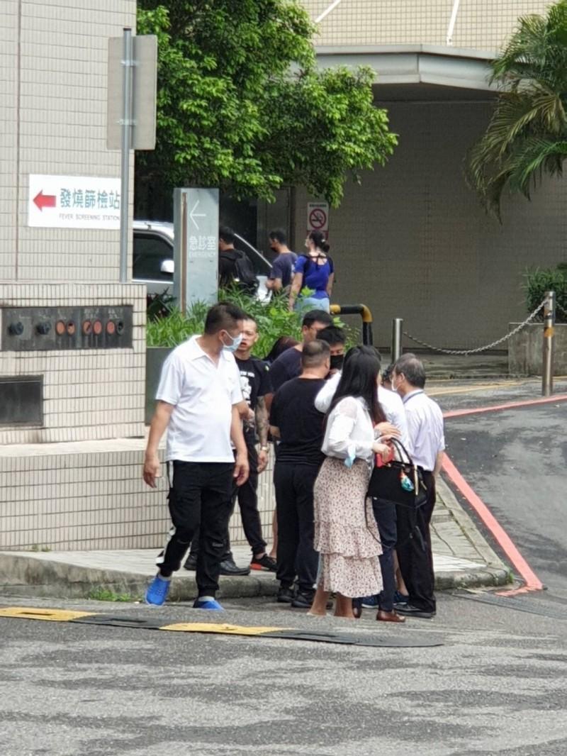 女童的父母和友人等接獲消息後,焦急地在醫院外守候,氣憤難平。(民眾提供)