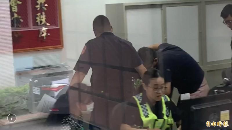 殺害女童的高中生就醫後,押解偵訊,其父(右1)在旁陪同。(記者吳仁捷攝)