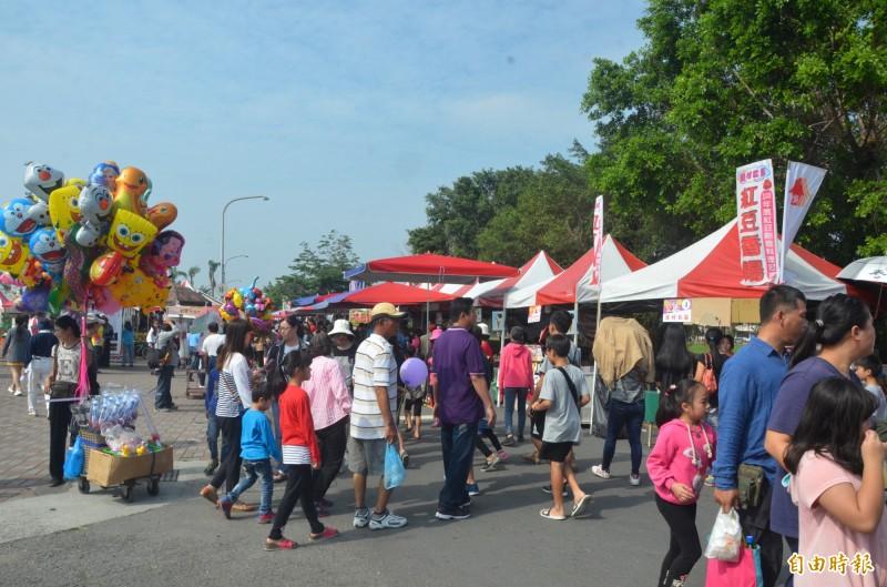 萬丹鄉公所舉辦的紅豆節,每年都吸引了大批人潮。(記者葉永騫攝)