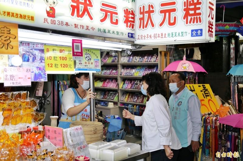 嘉義市政府今天宣布餐飲店及傳統市場、夜市食品攤商之工作人員仍應全程配戴口罩,至中央流行疫情指揮中心解散為止。(記者丁偉杰攝)