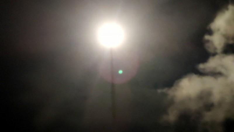 中科院今晚在成功海邊發射飛彈,點亮夜空。(記者黃明堂翻攝)