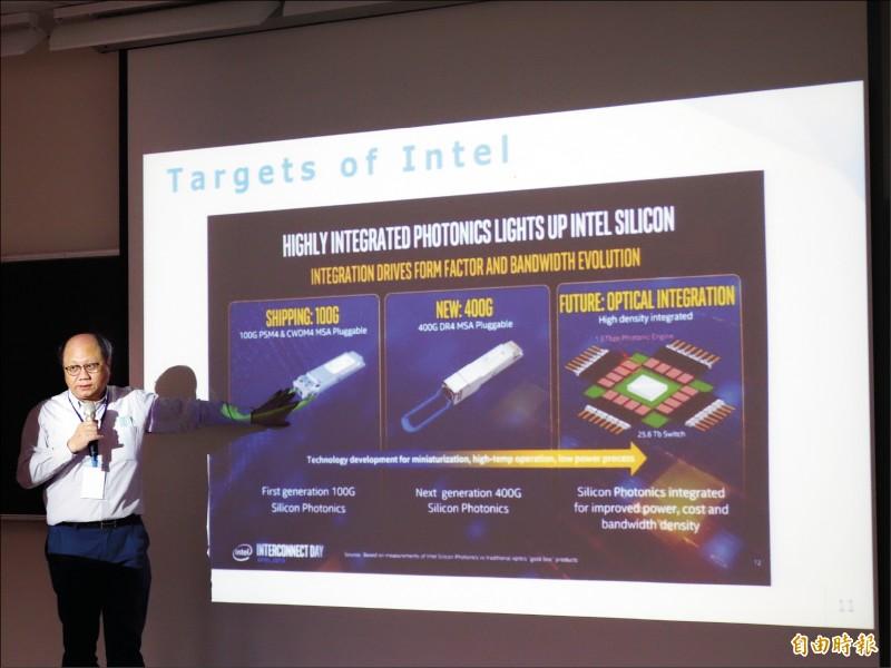 高雄科技大學電資學院院長施天從說,矽光子晶片可達每秒1600G的傳輸速度。(記者吳柏軒攝)