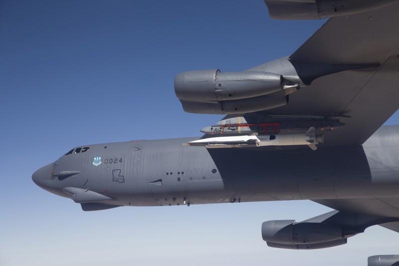 有消息指出,美軍1架B-52轟炸機在一次飛行測試中,意外掉落1顆極音速測試彈。圖為2013年,B-52攜帶X-51極音速載具。(路透)