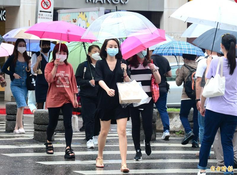 氣象專家吳德榮表示,菲律賓陸地附近的熱帶雲系,是否發展為輕颱不確定。(資料照)