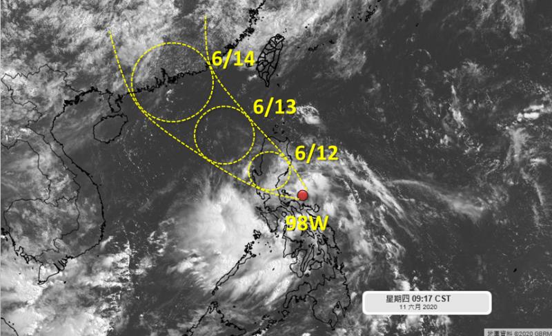 熱帶擾動98W受到太平洋高壓引導,未來路徑預測是穩定穿越呂宋島後趨向廣東沿岸,對台灣沒有直接影響。(圖擷自「天氣職人-吳聖宇」臉書)