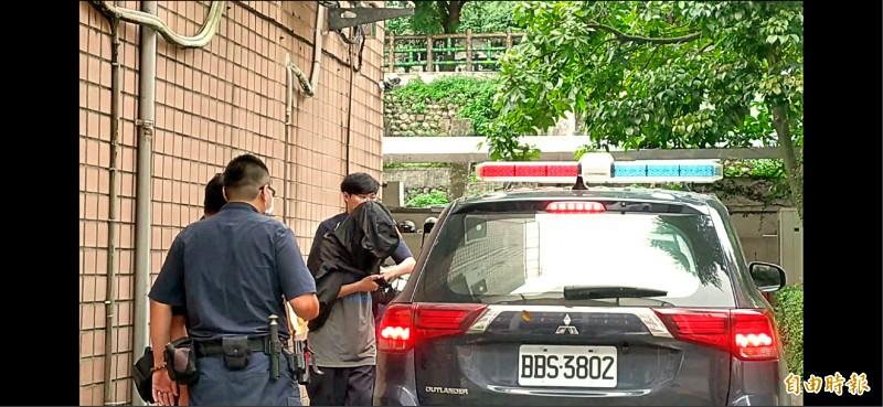 高中生被帶到警局說明。(記者吳仁捷攝)