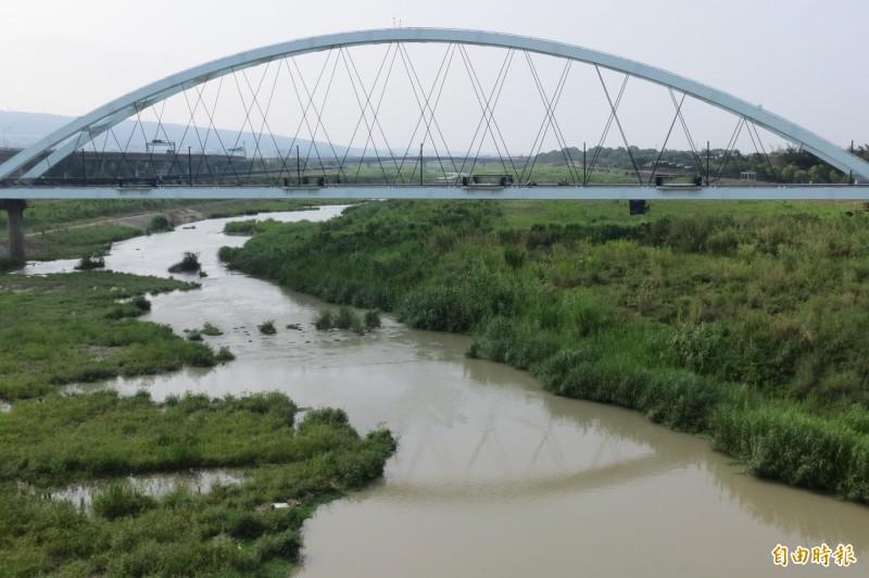 南投市景觀地標綠美橋將維持整修後的藍白色,暫時不漆回紅色。(資料照,記者張協昇攝)