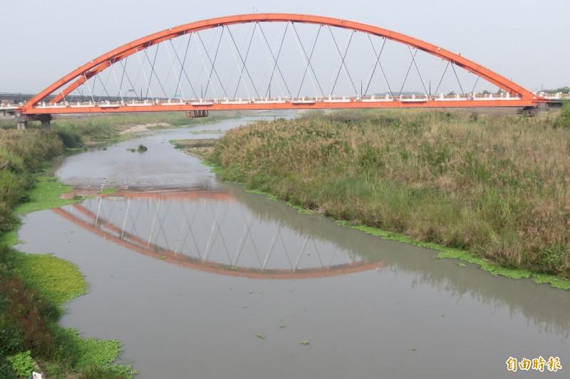 南投市景觀地標綠美橋整修前的紅色。(資料照,記者張協昇攝)