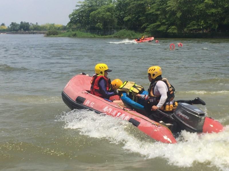 安定消防分隊長黃珮婷(左)為第四大隊轄內唯一女性主管,但在相關訓練上,操作不輸男性消防員,也成為此次船艇訓練一大「嬌」點。(記者萬于甄翻攝)