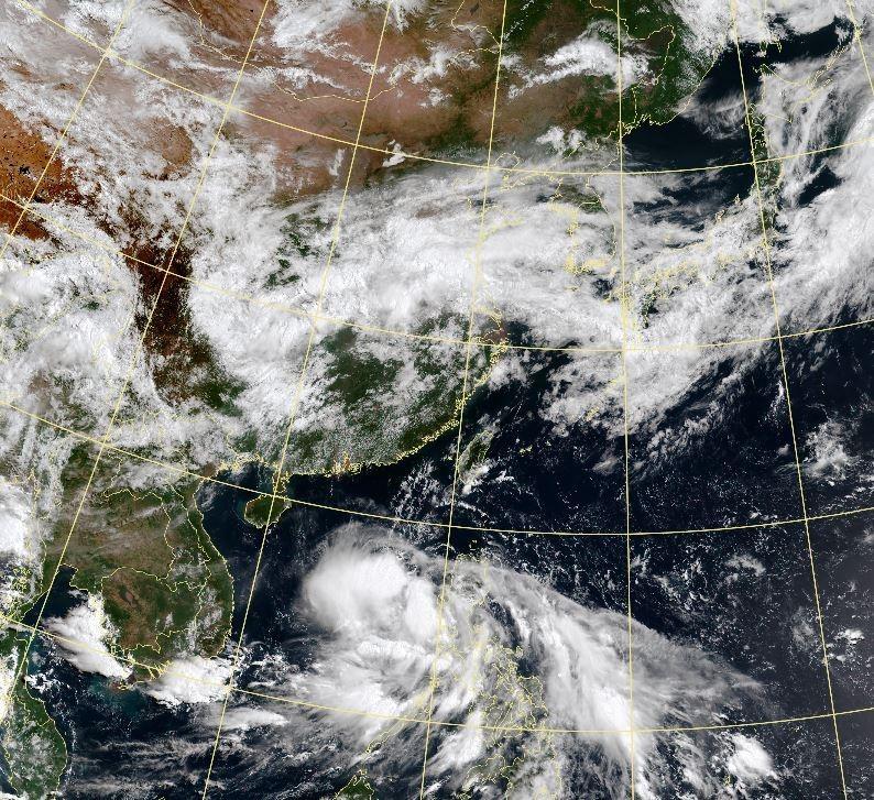 熱帶性低氣壓TD02今日將穿越呂宋島並進入南海,預計週日(14日)登陸廣東一帶。(擷取自中央氣象局)