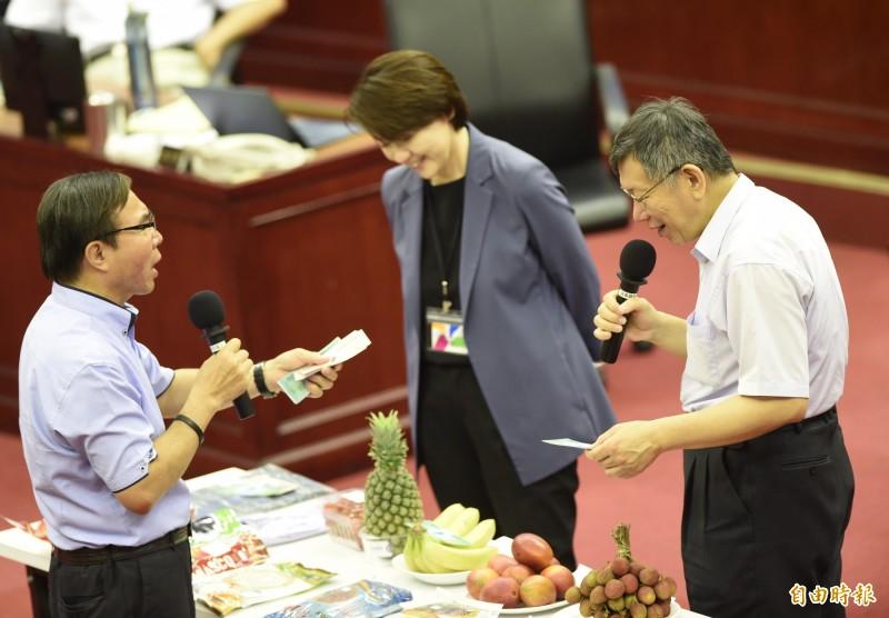 台北市議會22日進行市政總質詢,市議員張茂楠(左)隨堂考市長柯文哲(右)、副市長黃珊珊(中)使用振興三倍券。(記者簡榮豐攝)