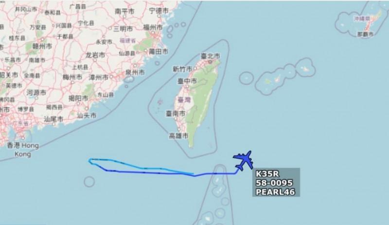 美軍KC-135於巴士海峽先是往西飛向中國,接著再往東折返至沖繩的嘉手納空軍基地。(圖擷自Golf9推特)