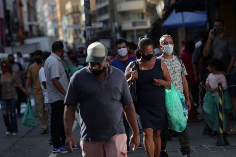 巴西累計確診已突破80萬例。圖為巴西民眾戴口罩防疫。(路透)