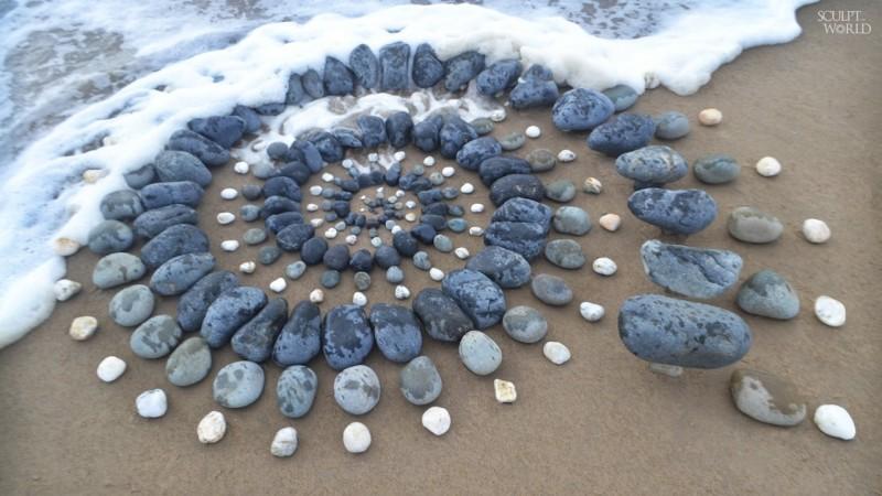 英國地景藝術家Jon Foreman使用在海邊能撿拾到的石頭排成一幅畫。(圖片由Jon Foreman授權提供使用)