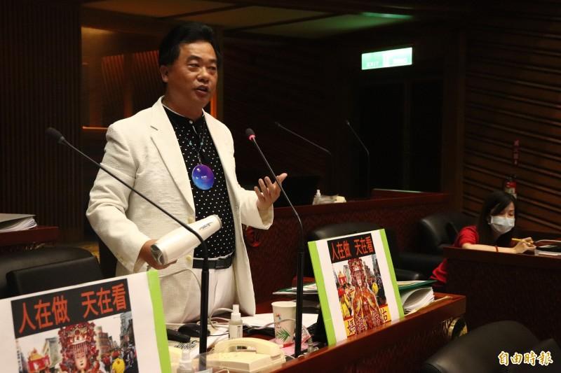 宜蘭縣議員蔡文益今指出,如石垣市議會不停止更名,7月7日將組成船隊,至釣魚台展開保釣行動,捍衛中華民國主權。(記者林敬倫攝)