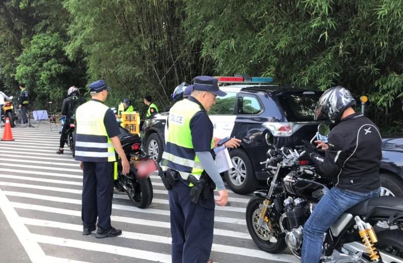 麻豆分局今天在台南市道174線六甲山區,對汽、機車改裝進行取締。(記者楊金城翻攝)