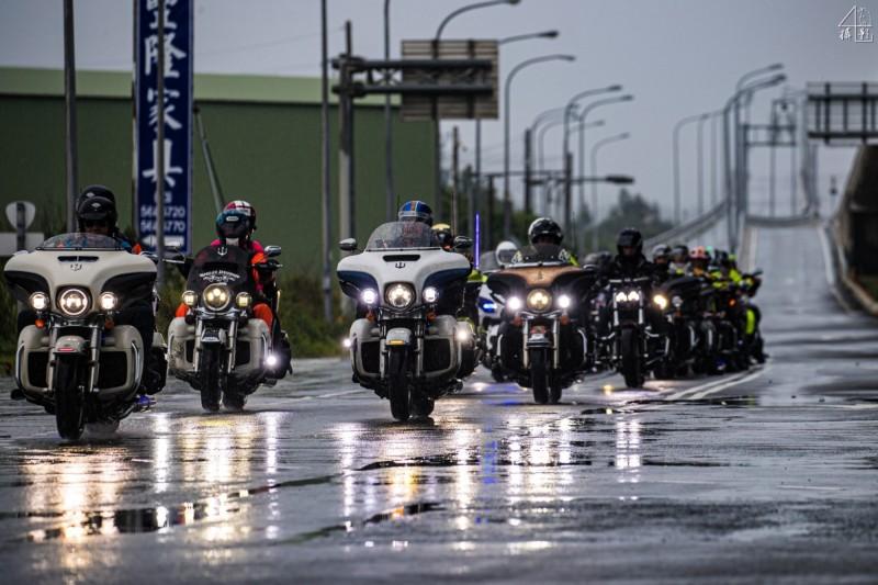 蘇晉軒挑戰騎哈雷重機連續環台36圈,基隆哈雷重機車隊「海妖騎士團」陪騎護航。(海妖騎士團車隊提供)