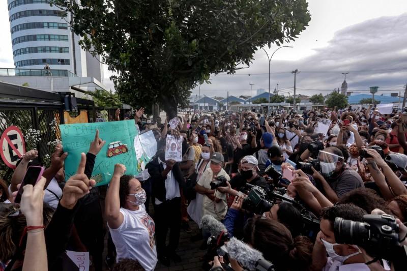 6月5日,巴西示威者在米格爾墜樓的建物外抗議。(法新社)
