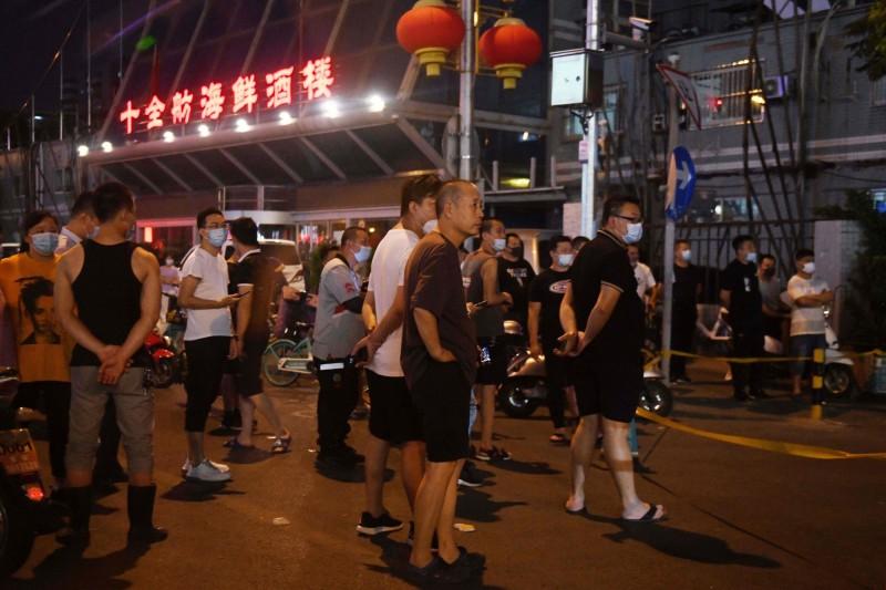 中國北京連兩日新增3例本土確診病例,經疫調發現3人均到過「新發地批發市場」,當局在12日深夜急封鎖市場,引來市民圍觀。(法新社資料照)
