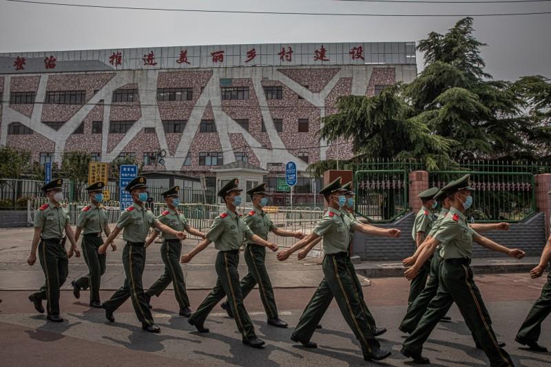 北京新發地市場爆發疫情,中國武警今天已經進駐市場周邊。(歐新社)