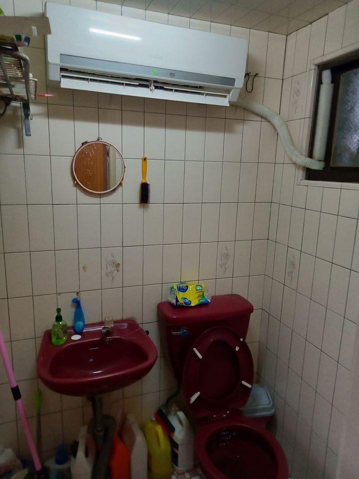網友在臉書PO出自家廁所加裝冷氣的照片,羨煞網友。(圖擷自爆廢公社)