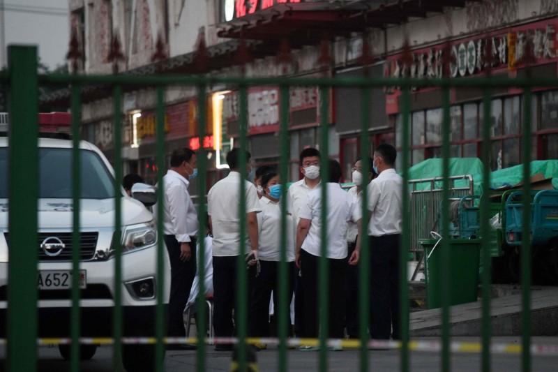 中國北京新發地批發市場因檢出武漢肺炎病毒,在13日凌晨宣布休市。(法新社)