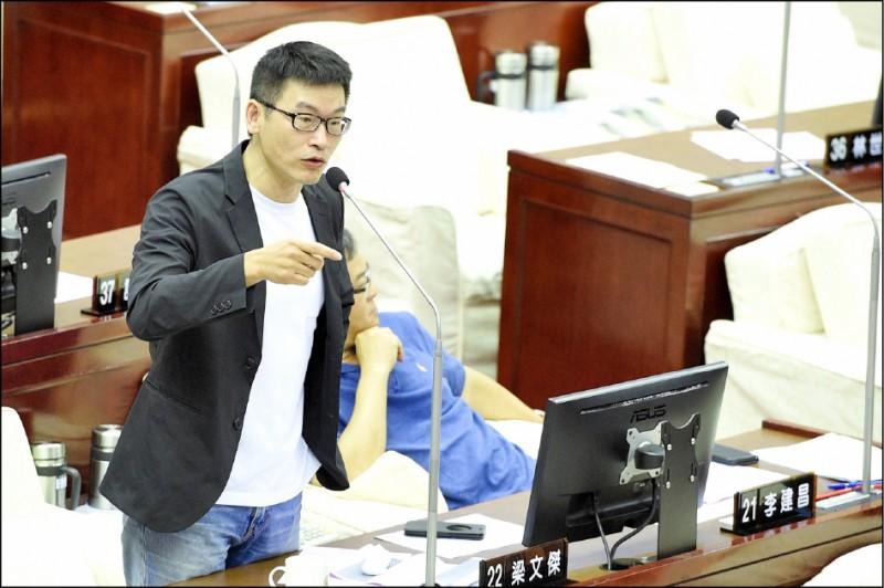 高雄市議會議長許崑源墜樓身亡,台北市議員梁文傑臉書貼文引發爭議。驚傳日前有六名黑衣人現身他的服務處,「要求議員去許崑源靈堂拈香」。(資料照)