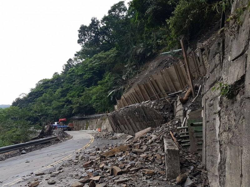 太平山鳩之澤聯外道路無預警落石緊急封閉,將休園到9月中旬。(記者江志雄翻攝)