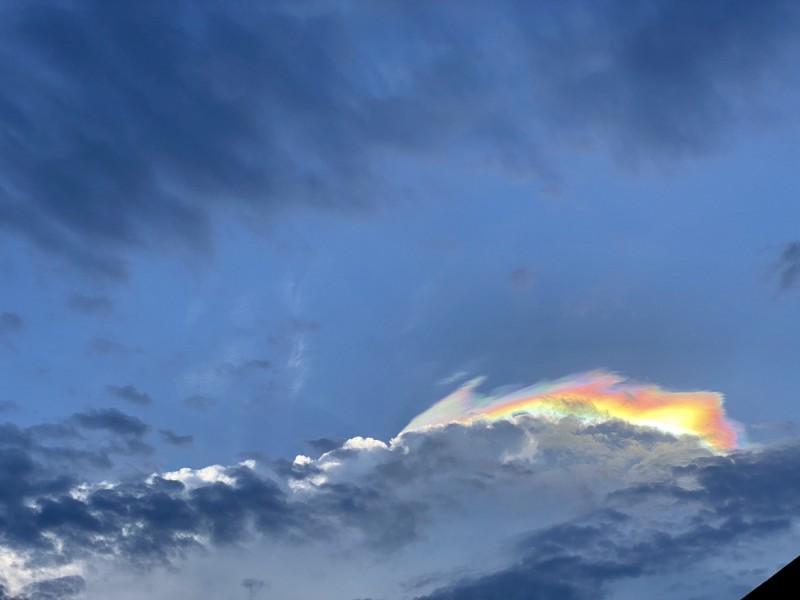 宜蘭上空今下午5時許出現彩虹雲奇景,整朵白雲被染上絢麗色彩,看到民眾直呼超美。(蘭陽博物館長陳碧琳提供)