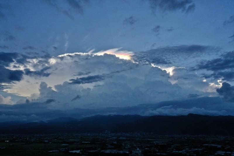 宜蘭上空今下午5時許出現彩虹雲奇景,整朵白雲被染上絢麗色彩,看到民眾直呼超美。(蘭陽博物館館長陳碧琳提供)