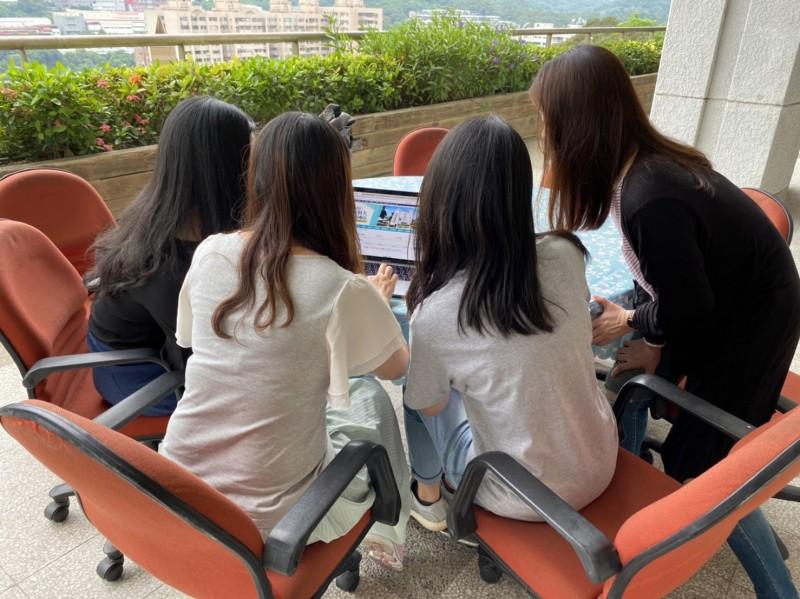 龍華線上校園徵才博覽會,學生踴躍上網參與,相互討論與學習,把握就業良機。(記者陳恩惠翻攝)